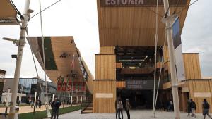 EXPO 2015: Die Pavillons von Russland (li.) und Estland / © Thomas Schriefers