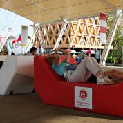 EXPO 2015: Mitten auf dem Decumano wird sogar geschlafen / Foto: © Stefan Dömelt/comrhein