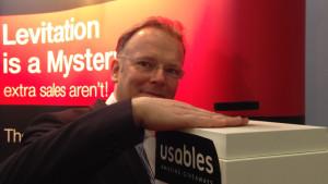 Der Chef von Usables, Oliver Plantenberg, zeigt, wie der Gravity Lifter Expert funktioniert. Foto © AUMA