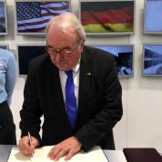 """Parlamentarischer Staatssekretär Uwe Beckmeyer besucht """"Dental from Germany Technology"""" – Deutschlands Beteiligung auf der GNYDM."""