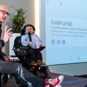 Moderator Helge Thomas im Gespräch mit Raúl Krauthausen, Inklusions-Aktivist. Foto: FAMAB