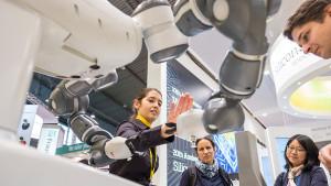 Interessierte Besucher auf der VISION – Weltleitmesse für Bildverarbeitung - Foto: MESSE STUTTGART