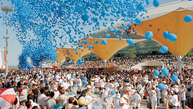 """Ein blaues Meer aus Luftballons passend zum Motto """"Die Ozeane: Ein Erbe für die Zukunft"""" in Lissabon 1998. – © BIE"""