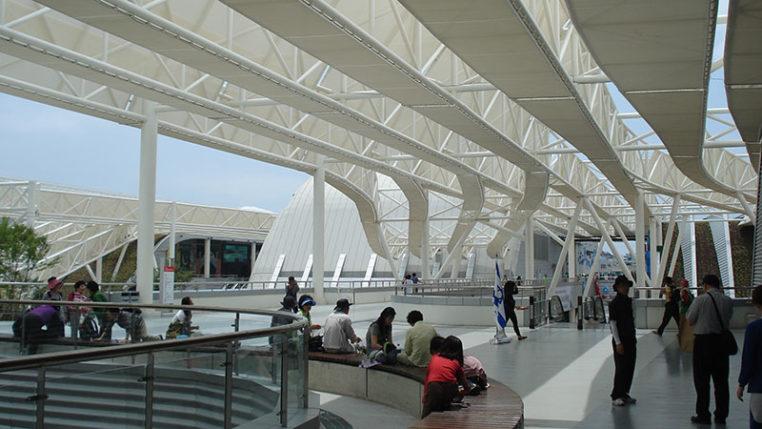 Dem Schutz der Ozeane widmete sich auch die kleine EXPO in Yeosu 2012, die wellenartige Form der Dachkonstruktion zeigt es deutlich. – © AUMA