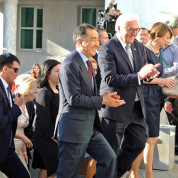Deutscher Empfang in Astana: Bundespräsident Frank-Walter Steinmeier mit kasachischem Minister. Foto: Anja Hiss