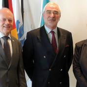 Pavillonkommissar Dietmar Schmitz mit den AUMA-Vorstandsmitgliedern Bernd Aufderheide, HMC, und Dr. Isabella-Afra Holst, Sofware AG. Foto: AUMA