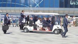 Gut geschützt: Bundespräsident Steinmeier wird vom kasachischen Präsidenten im Golfcar über die Expo gefahren. Foto: Maria Rölver