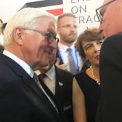 Bundespräsident Frank-Walter Steinmeier begrüßt AUMA-Chef Dr. Peter Neven auf dem Empfang des Deutschen Expo-Pavillons. Foto: AUMA