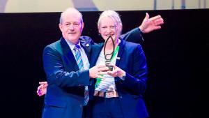 EXPO-Kommissar Dietmar Schmitz und Bettina Bochynek, Direktorin des Deutschen Pavillons, nehmen in Astana den Gold Award entgegen - Foto: Deutscher Pavillon/HMC
