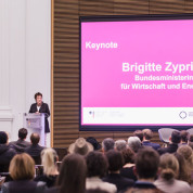 "Ministerin Brigitte Zypries hielt die Keynote bei der ""Start-up Night der Kreativen""."