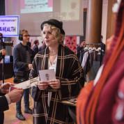 """AUMA-Referentin Ruth Nicola (li.) mit der Unternehmerin von """"Darkdirndl Arts & Crafts""""."""