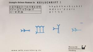 AUMA in Keilschrift im Museum für Kommunikation Nürnberg