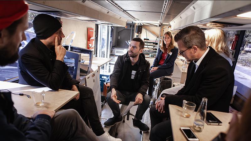 Kreativ-Workshop im Flughafen Berlin-Tempelhof: Im Fabmobil