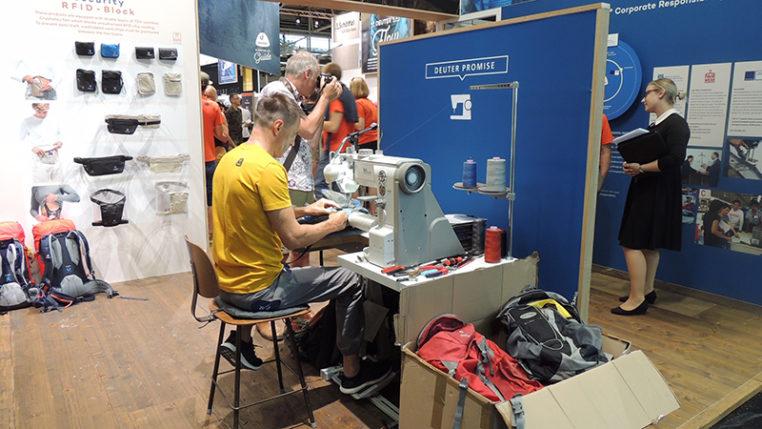 Nähservice bei deuter: Während der Messe bot der Hersteller deuter einen Reparaturdienst an. Foto © AUMA
