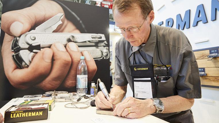 Persönlich vor Ort: Tim Leatherman signierte auf der Outdoor sein weltbekanntes Werkzeug. Foto © Messe München GmbH/Holger Rauner