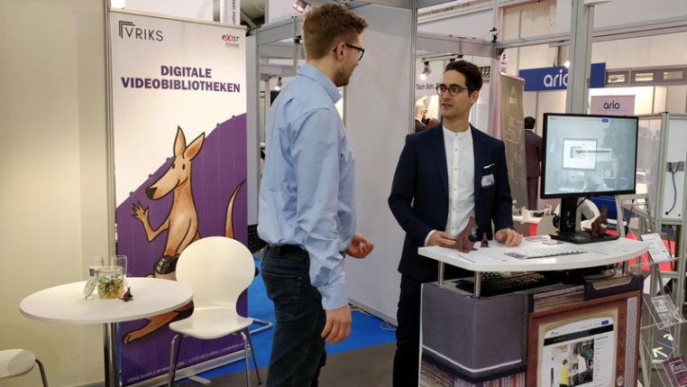 Mitgründer Martin Stenzel mit einem der VRIKS Mitarbeiter am Stand Jung + Innovativ. Dieses Jahr hat das Unternehmen VRIKS das dritte Mal auf der Hannover Messe ausgestellt. Foto © Hannover Messe