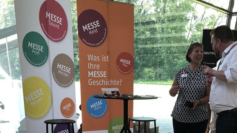 Ein MesseMensch berichtet Silvia Kanitz, Mitarbeiterin des AUMA, seine Messegeschichte © AUMA