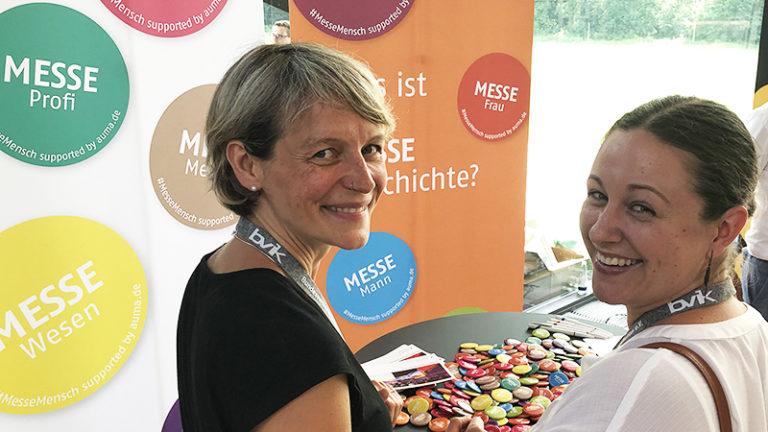 Zwei Mitarbeiterinnen der MVTec Software GmbH am Stand des AUMA © AUMA / Julia Tornier